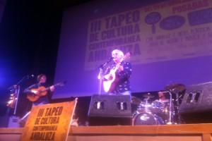 Kiko Veneno echándose un cantecito anoche en Posadas  AAA