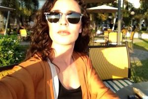 La coplera-soul cordobesa iluminada por el sol veraniego en su selfie.